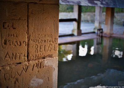 Grafitii dun soldat belge sur pilier du lavoir de Carentan