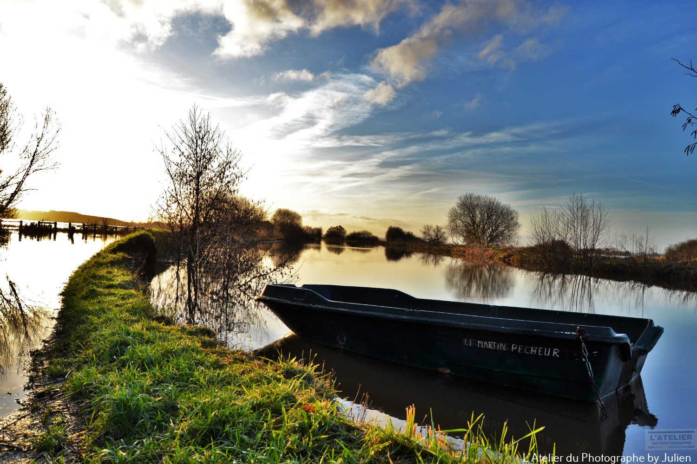 La barque au milieu des marais du Cotentin par un beau matin d'hiver