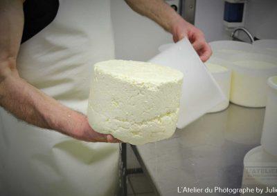 Le fromager, démoulage de la tomme made in Normandie
