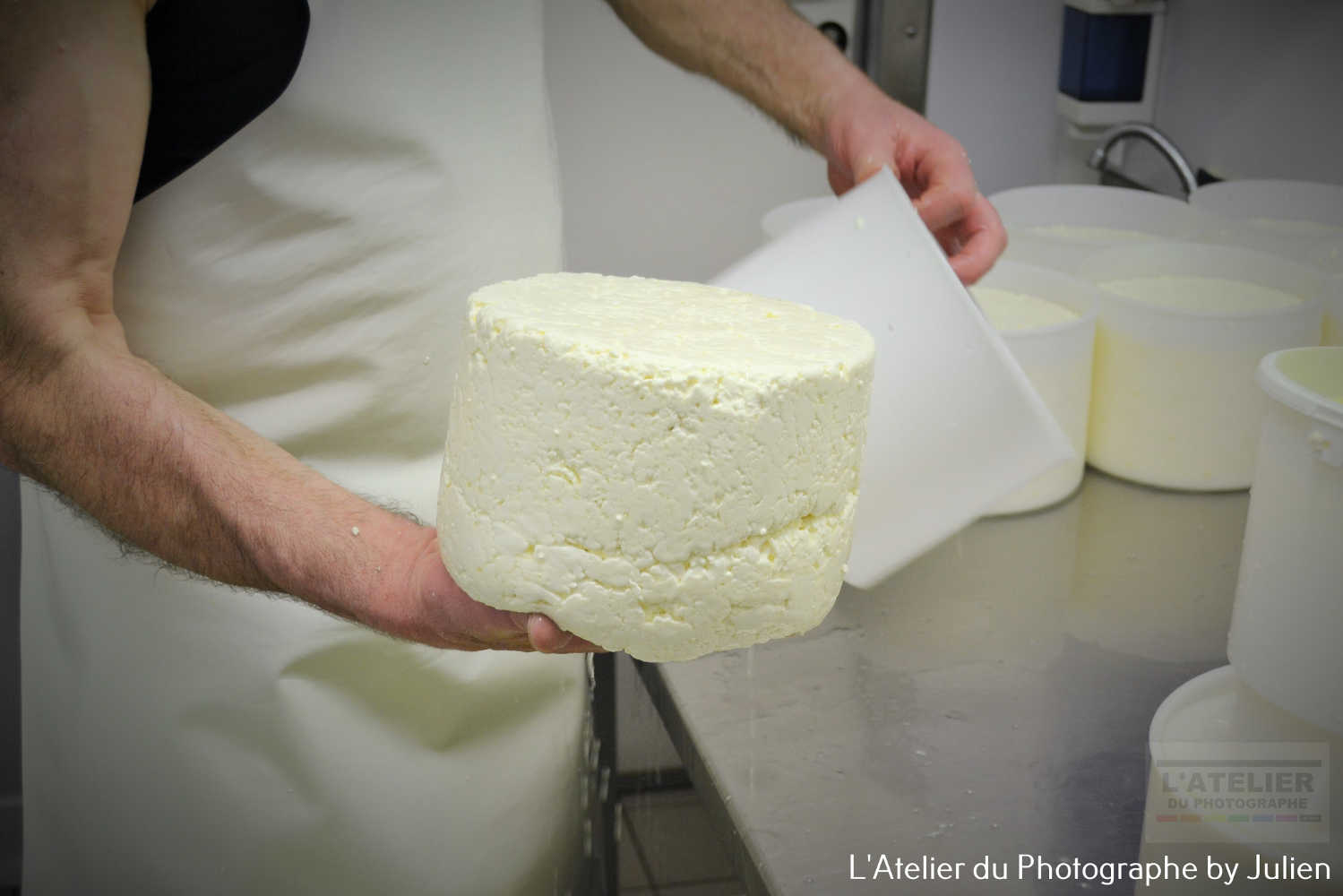Le fromager, démoulage de la tomme made in Normandie